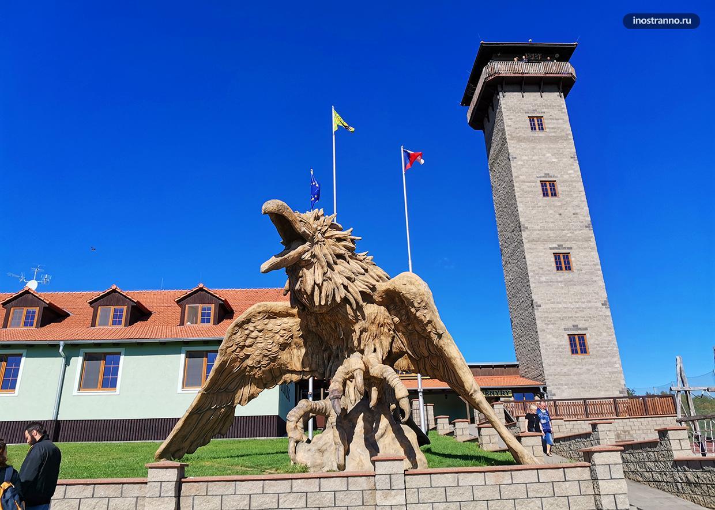 Смотровая башня в Чехии и скульптура Ворон