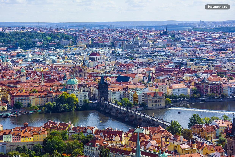 Карлов мост в Праге с высоты смотровой