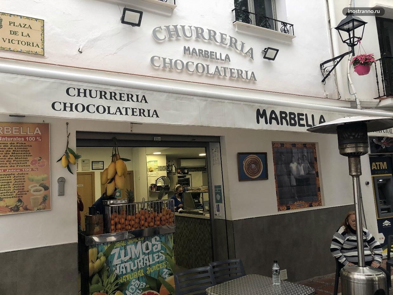 Кафе с национальным лакомством чуррос в Испании