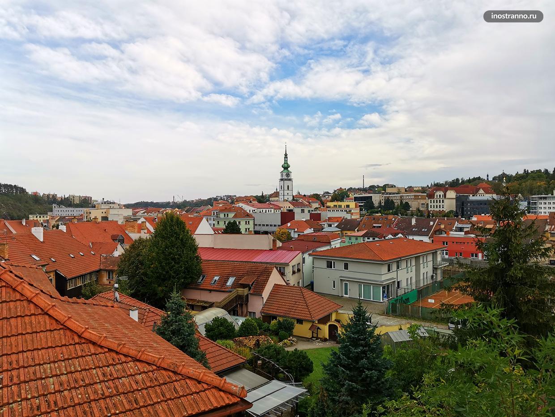 Панорама чешского города осенью