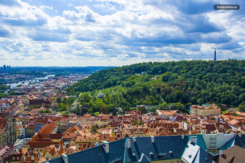 Холм Петршин в Праге летом