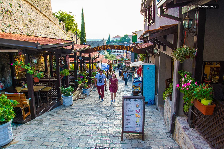 Красивая улочка города Стари Бар в Черногории
