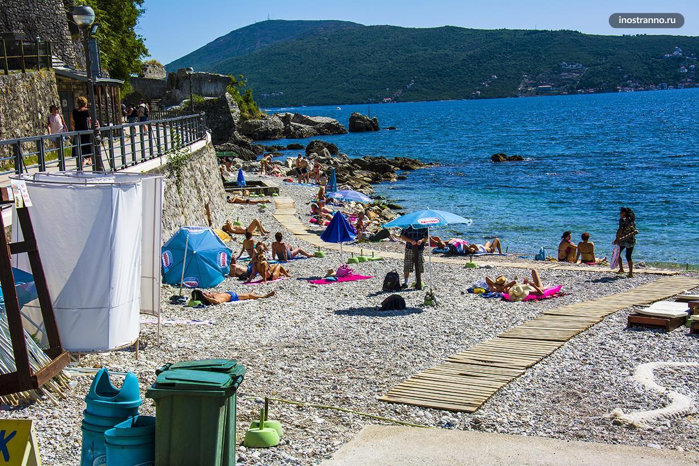 Галечный пляж в Черногории