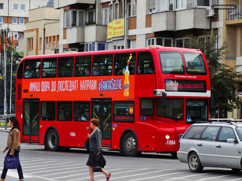 Туристический красный автобус в Скопье