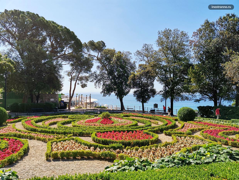 Красочный парк у моря в Хорватии