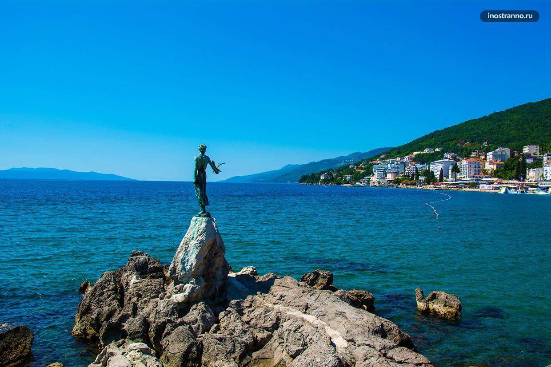 Скульптура на пляже в Опатии
