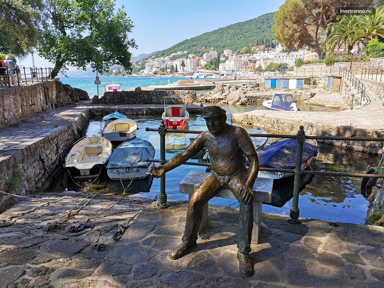 Скульптура моряка в Хорватии